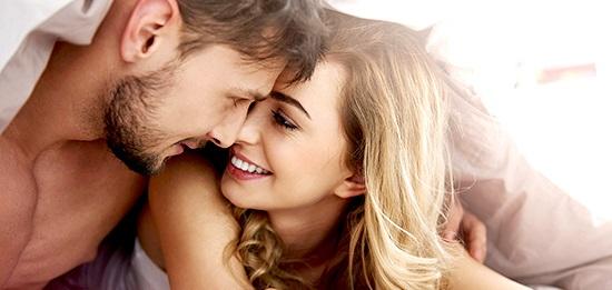 手をつなぐ、キスを何度も挟み、そして目を見る。